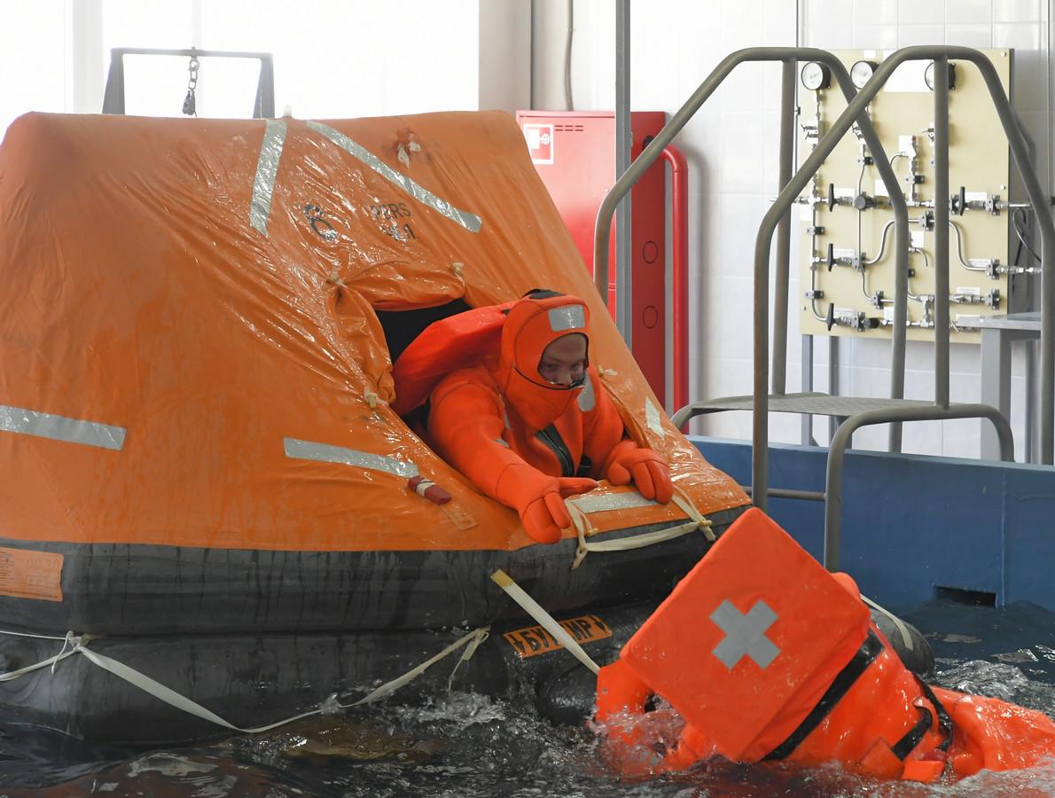 Экипаж полодки ЧФ Черноморского флота учился покидать корабль через торпедный аппарат
