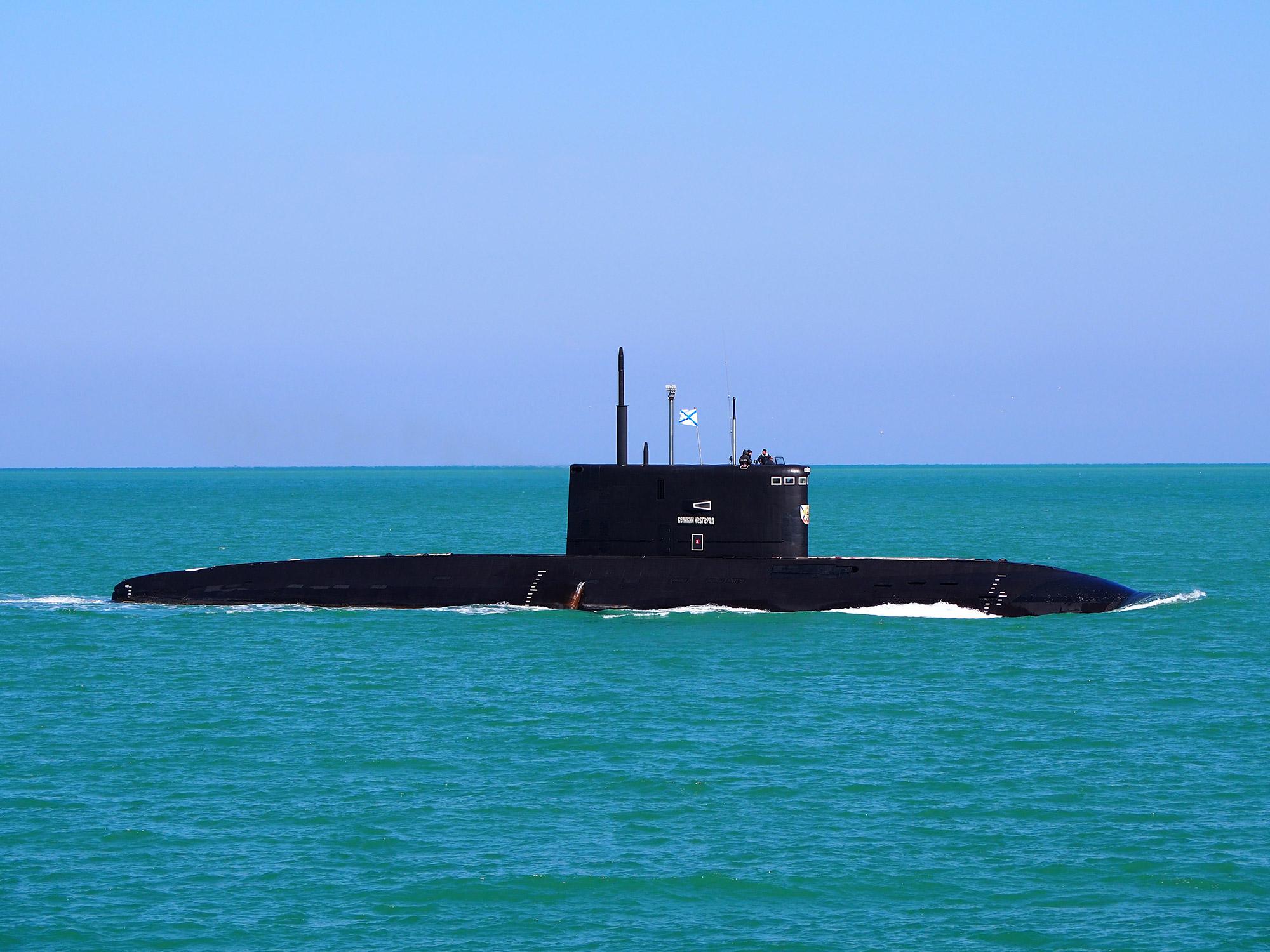 Экипаж подводной лодки Черноморского флота выполнил торпедные стрельбы в Черном море