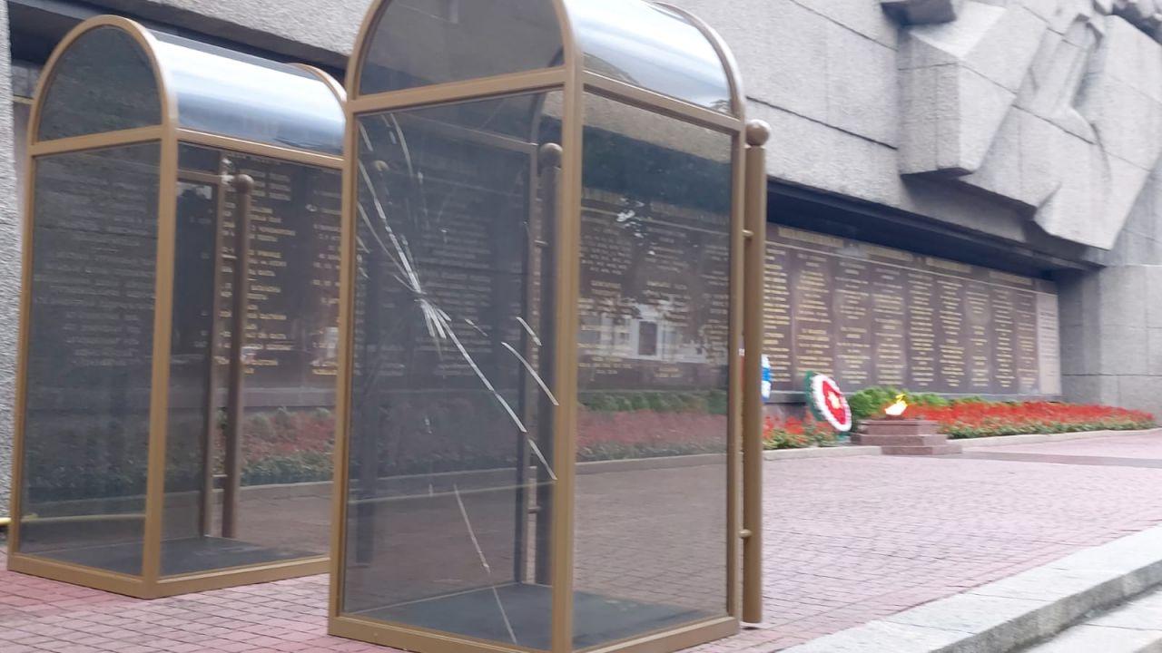 В Севастополе неизвестные разбили стекло кабинки на посту №1