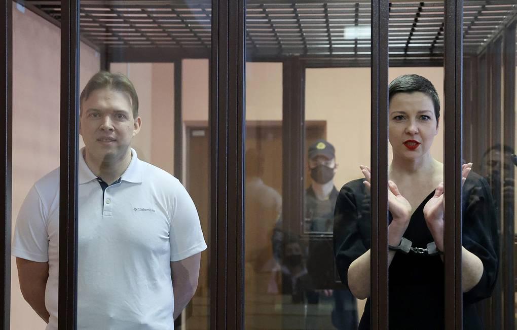 В Минске суд вынес приговор членам совета оппозиции Колесниковой и Знаку