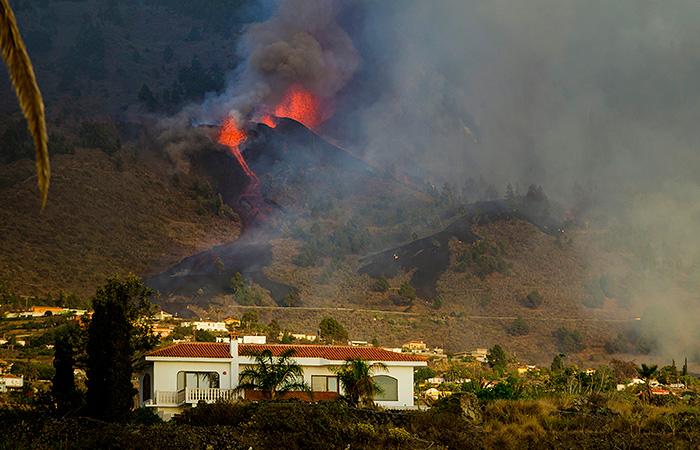 На испанском острове Пальма лава извергающегося вулкана сжигает все на своем пути