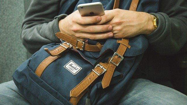 У уснувшего в кафе на набережной севастопольца украли рюкзак, полный мобильных устройств