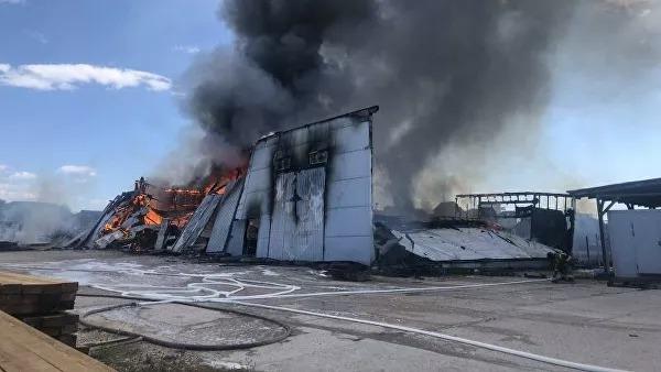 В Севастополе горит крупный мебельный склад