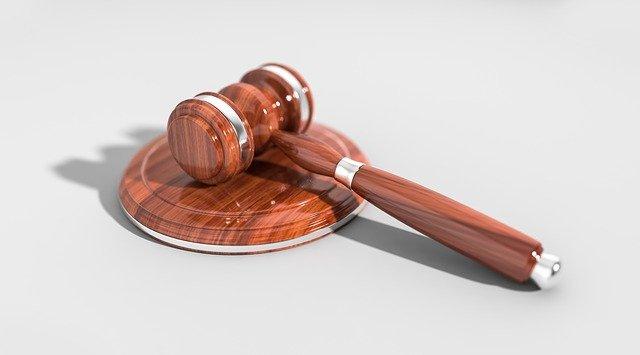 Крымчанина осудили за нанесение смертельного удара пенсионерке и избиение полицейского