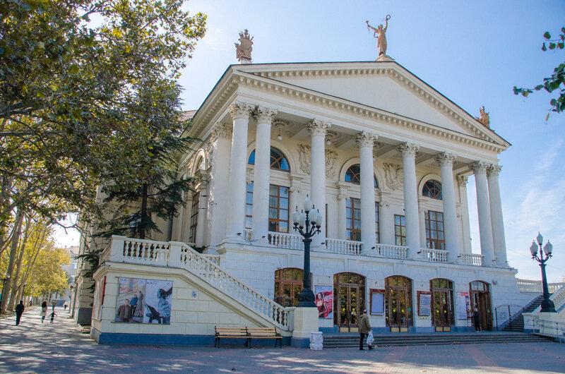 Студенты СевГУ могут посещать театр Луначарского со скидкой