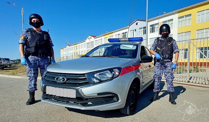 Пьяный турист за рулем автомобиля влетел в забор школы в Крыму