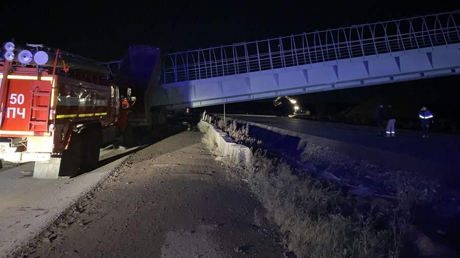 На федеральной трассе на автомобили обрушился надземный переход, есть погибшие (фото, видео)