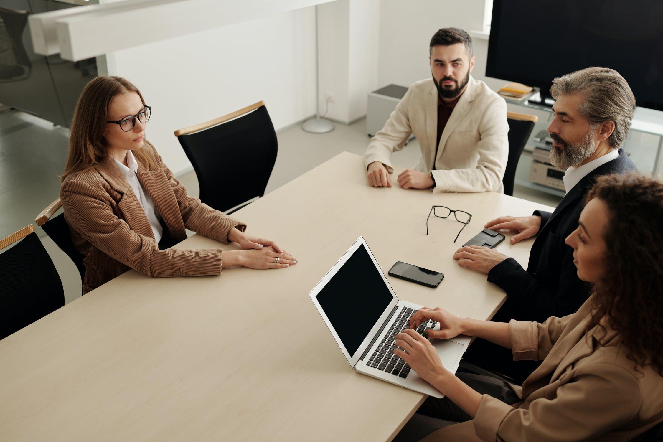 В 90% компаний можно трудоустроиться лишь по рекомендации — социология