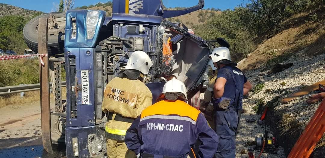 В Крыму перевернулся самосвал, водителя зажало в кабине (фото, видео)