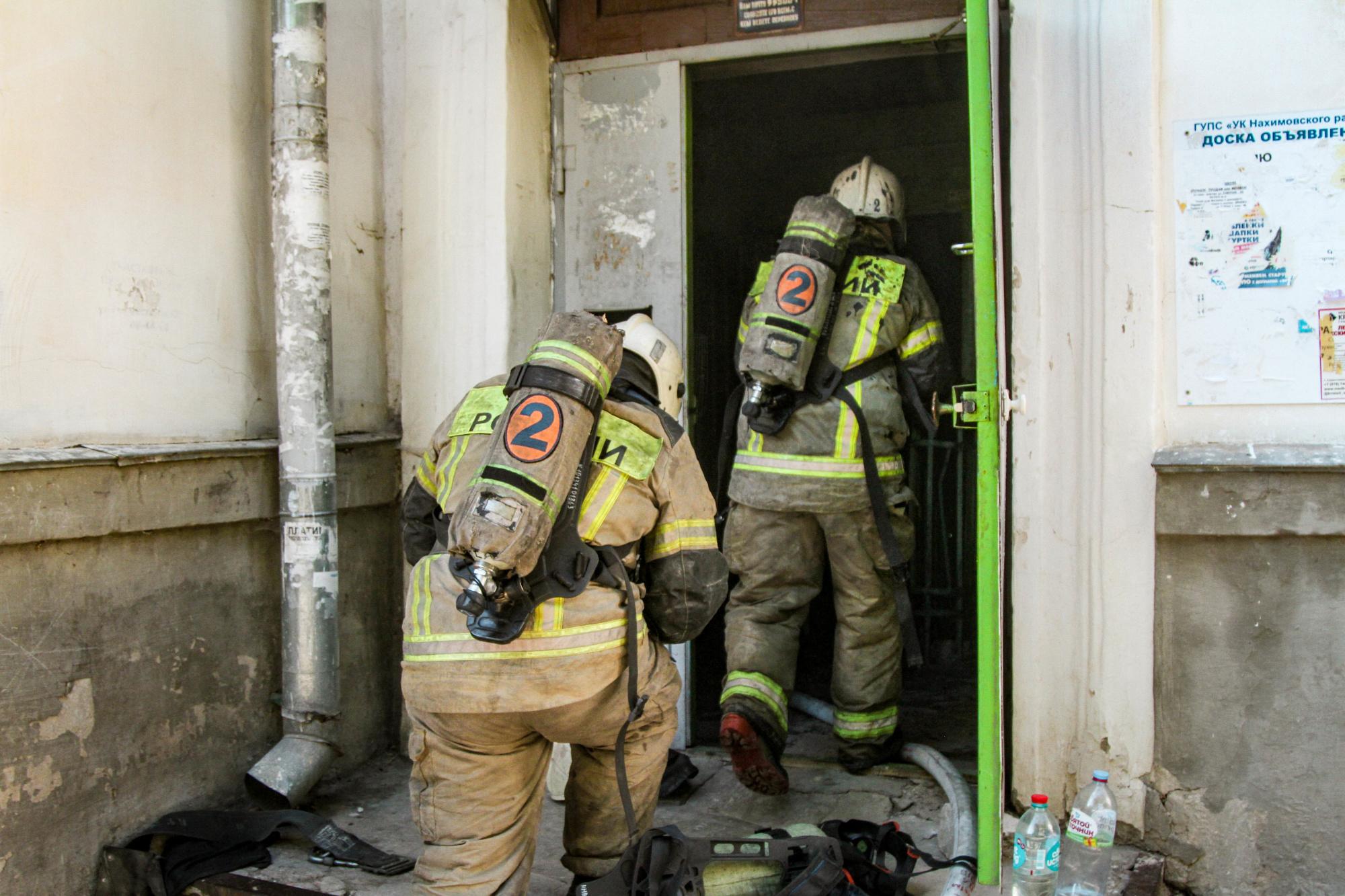 Севастопольские спасатели рассказали, как спасли из горящего дома 8 человек и собаку (фото)