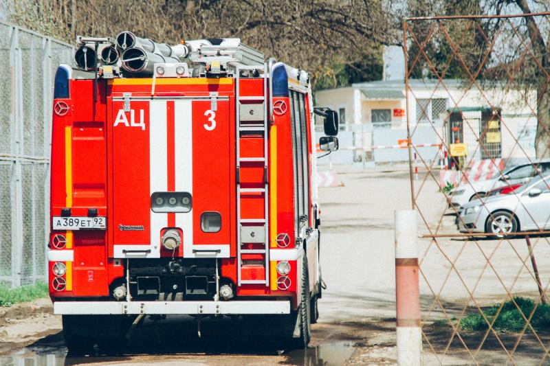 В Севастополе спасатели эвакуируют жильцов из горящего дома