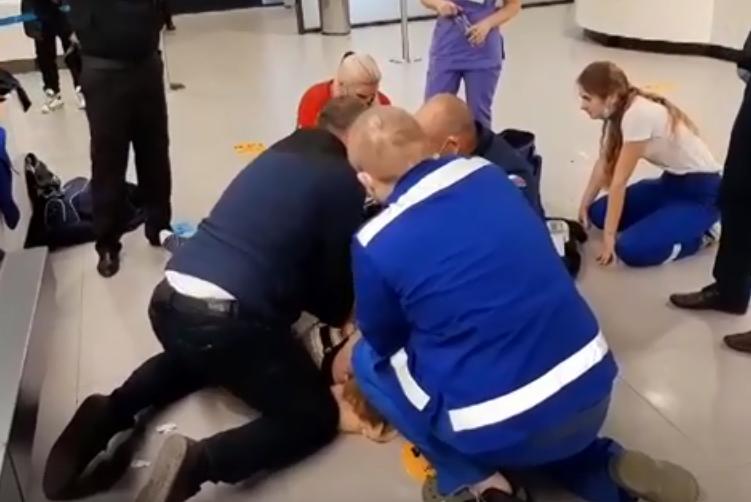 В аэропорту Симферополь во время досмотра умерла женщина (видео спасательной операции)