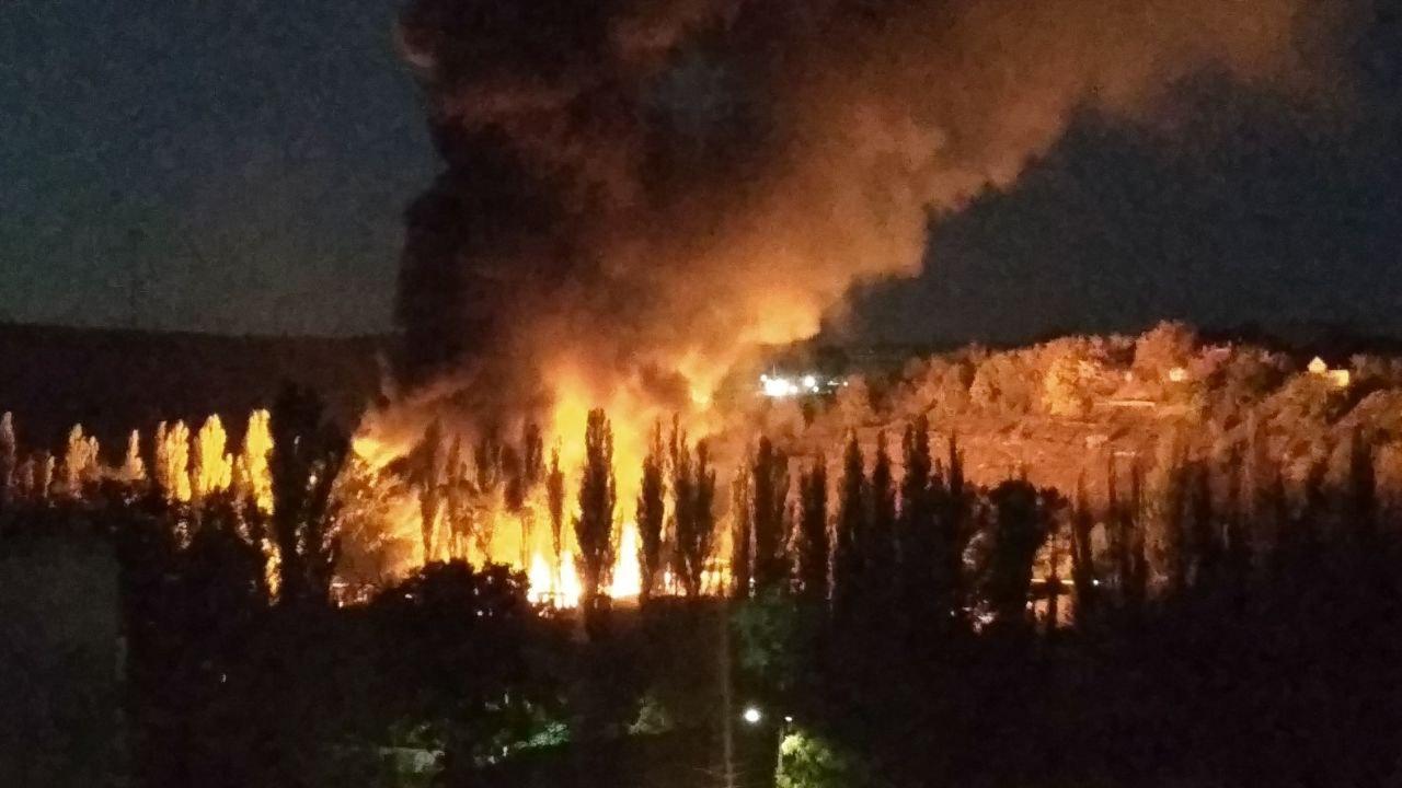 Крупный пожар произошел на складах в Симферополе