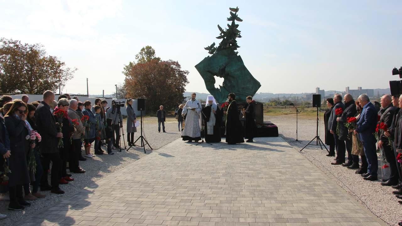В Крыму открыли мемориал жертвам трагедии в политехническом колледже Керчи