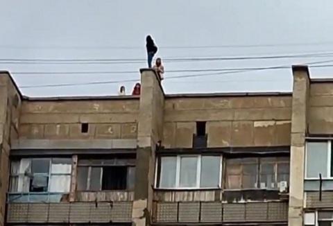 Опасные игры: очевидцы засняли в Крыму детей, устроивших съемку на краю крыши (видео)