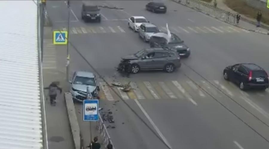 Чудом спаслись: в Севастополе автомобиль вылетел на тротуар с людьми