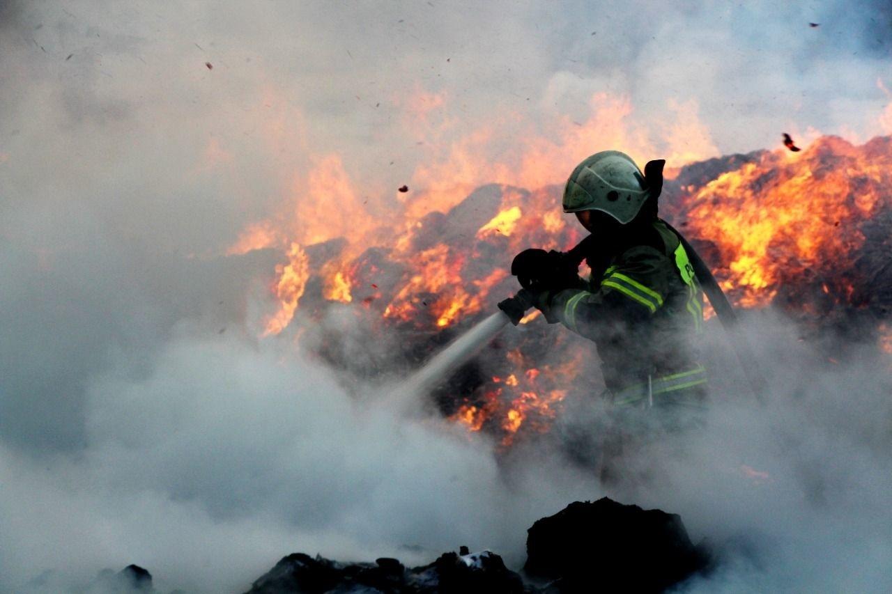 В Симферополе продолжается борьба с крупным пожаром (фото, видео)
