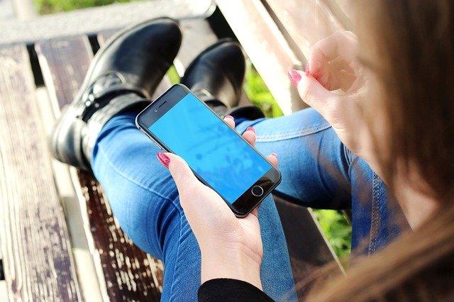 Жительница Севастополя воспользовалась отзывчивостью приятеля и украла у него смартфон