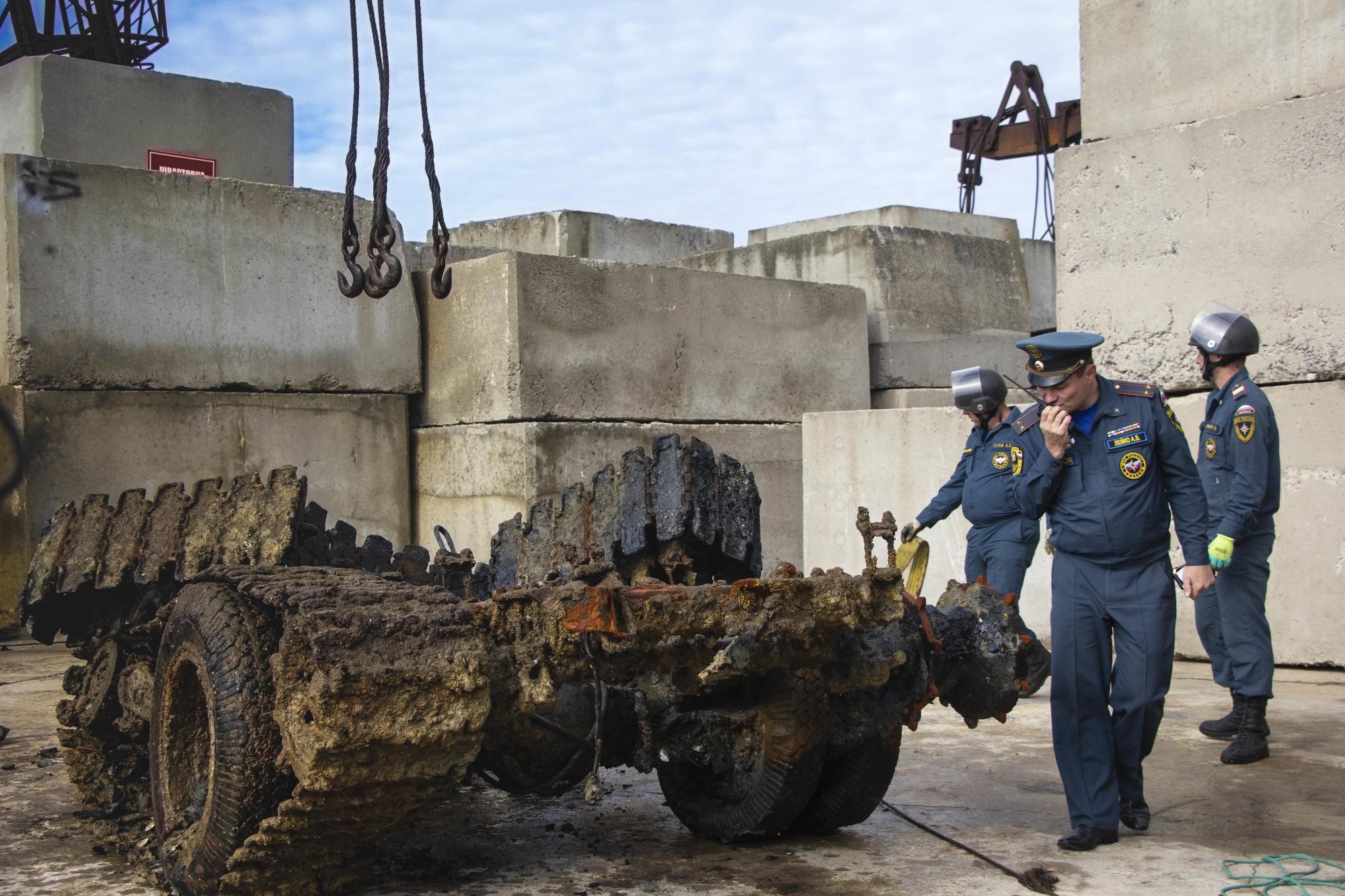 В Крыму со дна моря подняли трехтонный автомобиль времен войны (фото)