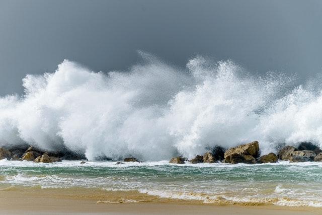 В Ялте пьяного туриста чуть не унесло в море с волнореза в сильный шторм (видео)